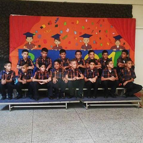 Grupo de estudiantes promovidos al 1er grado